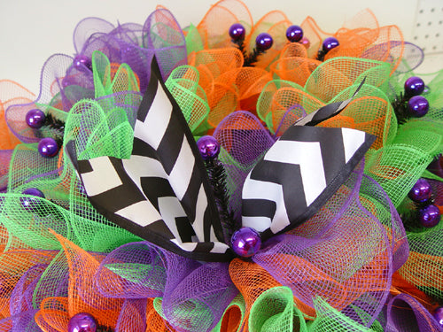 halloween-ruffle-wreath-secure-ribbon-strip-in-tie