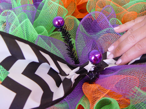 halloween-ruffle-wreath-untwist-tie-place-ribbon-strip