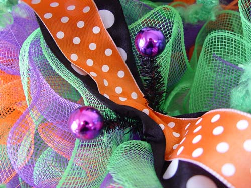halloween-wreath-bobble-eyes-open-twists-lay-ribbons