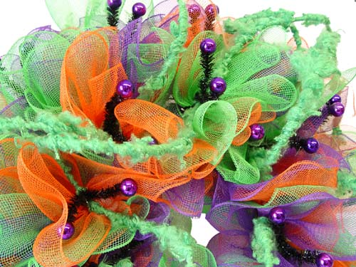 halloween-wreath-bobble-eyes-roping-closeup