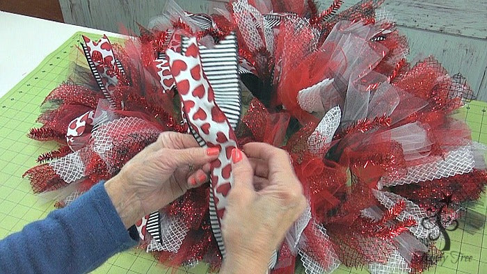 red-valentine-wreath-tutorial-trendy-tree-pinch-ribbons-center