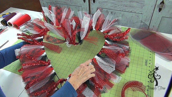 red-valentine-wreath-tutorial-trendy-tree-work-around-top-ring