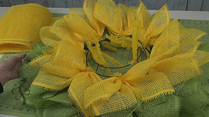 sunflower-ladybug-wreath-tutorial-trendytree-outer-ring-yellow-wreath-complete