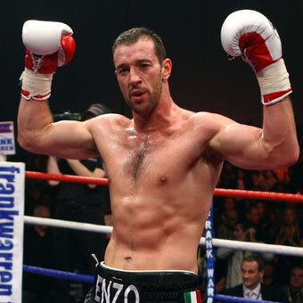 Photograph of cruiserweight champion Enzo Maccarinelli shirtless and flexing during a match