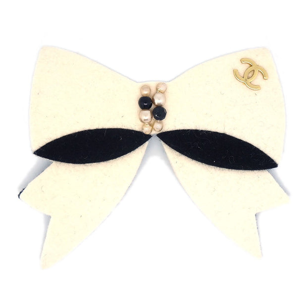 CHANEL Imitation Pearl Bow Brooch Pin White Felt 02A