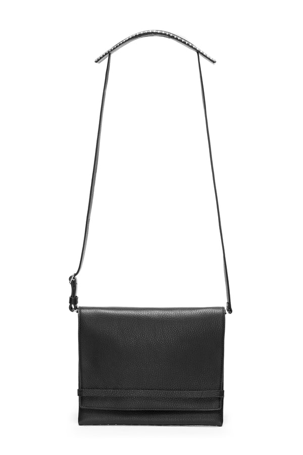 Riot bag in black leather with detachable shoulder strap