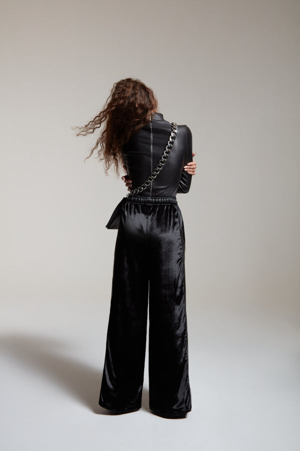 Black stretch body in leather with a zip on the back