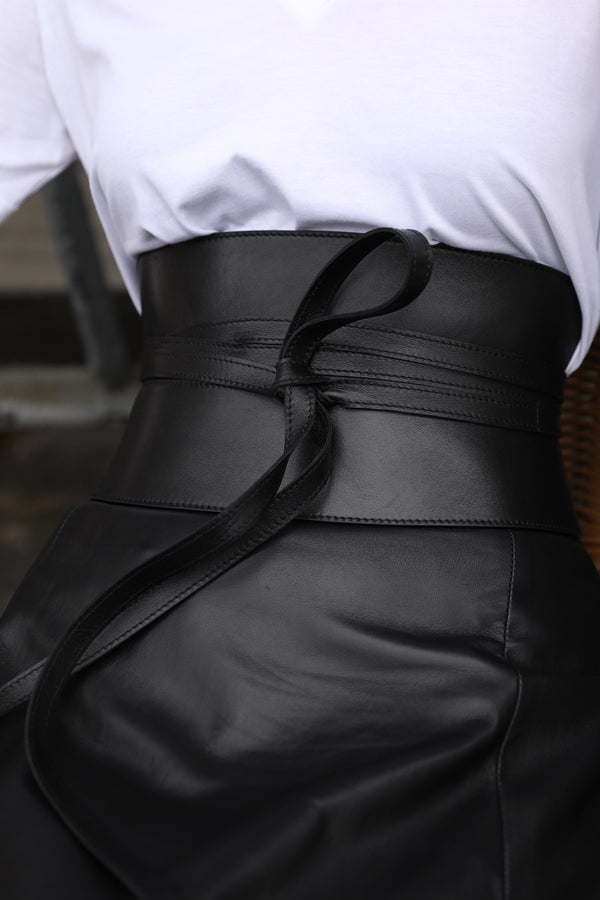 Classic black corset belt in leather streetstyle