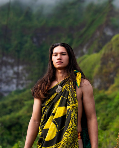 Jonathan Day Nālamakūikapō Ahsing is a Kanaka ʻŌiwi storyteller, interdisciplinary artist, and aloha ʻāina. His work navigates decolonization and mediums of connectivity through ʻŌiwi pattern, pigment and protocol. Centering ancestral ecological knowledge, Ahsing cultivates Indigenous life, land, and practices, envisioning futures rooted in bio-cultural abundance.