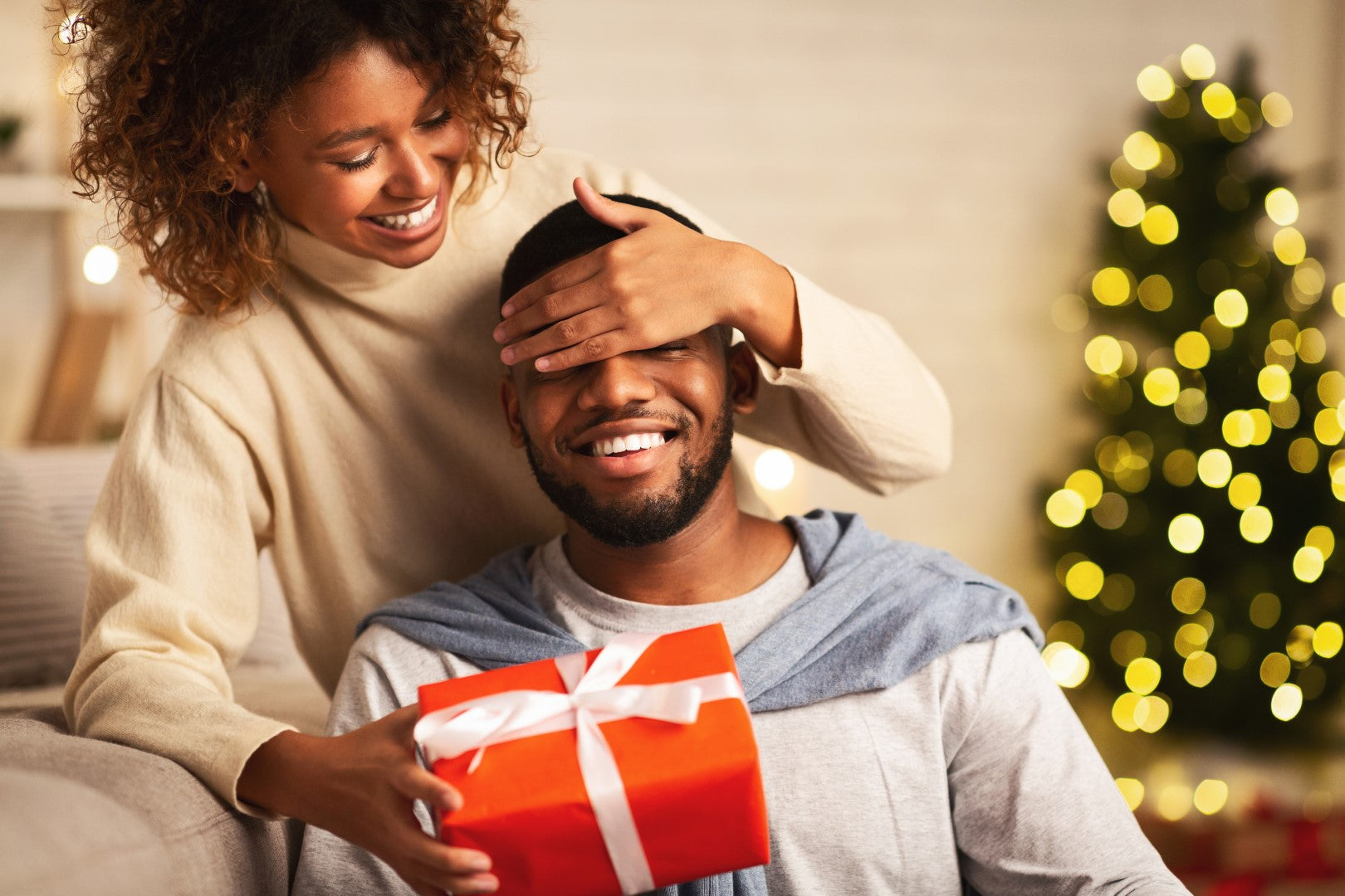 surprise-loving-wife-giving-pesonalised-gift-jewellery-to-him-uk-content-image