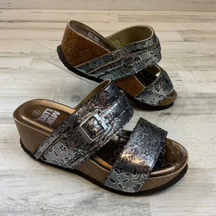 Primary Photo - BRAND: MUK LUKS STYLE: SANDALS LOW COLOR: SILVER SIZE: 8 OTHER INFO: SILVER/BRONZE SKU: 132-13260-14233