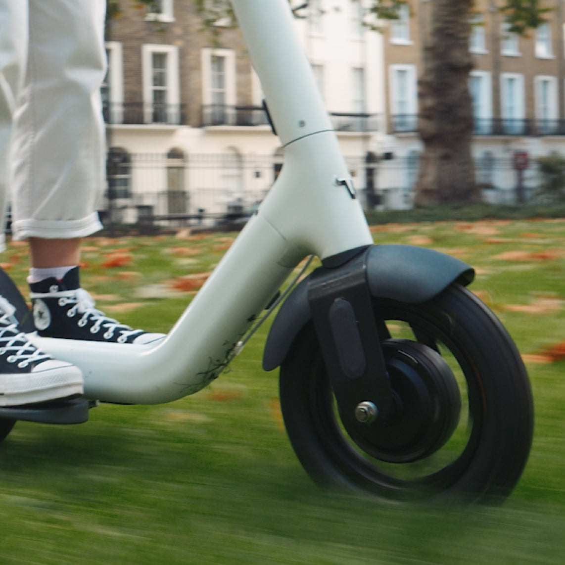 With an IP55 rating and spectacular grip, you can ride TAUR in the rain – Mary Poppins your way through town.
