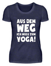 Laden Sie das Bild in den Galerie-Viewer, Damen Basic T-Shirt Navy / S Yoga: Ich muss zum Yoga  - Damenshirt