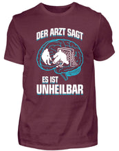 Laden Sie das Bild in den Galerie-Viewer, Herren Basic T-Shirt Burgundy / S Eishockey: ...es ist unheilbar  - Herren Shirt (4330461528116)