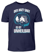 Laden Sie das Bild in den Galerie-Viewer, Kinder T-Shirt Navy / 3/4 (98/104) Eishockey: ...es ist unheilbar  - Kinder T-Shirt (4330471227444)