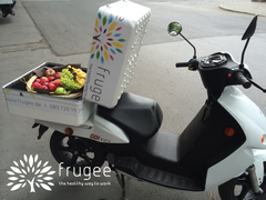 frugee Obstkorb in Thermobox von Govecs E-Scooter;