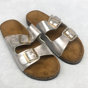 Primary Photo - BRAND:    CLOTHES MENTOR STYLE: SANDALS FLAT COLOR: SILVER SIZE: 8 SKU: 191-19158-33385