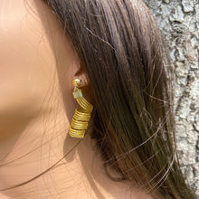 Load image into Gallery viewer, Capim Dorado espiral Earrings