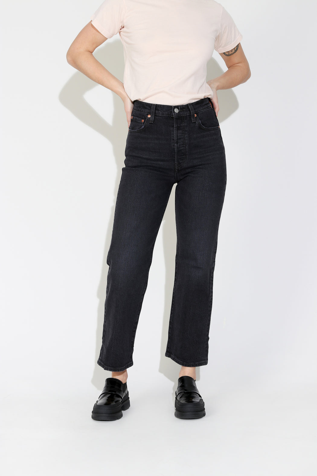 Levi's Ribcage Straight Ankle Jeans in Feelin' Cagey Black