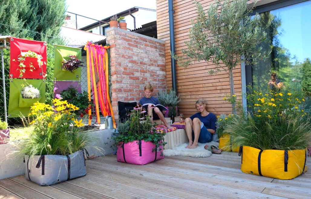 European Ware Haus Blooming Walls Canada - Urban Gardening with Green Bags and Green Pockets - Banner with People