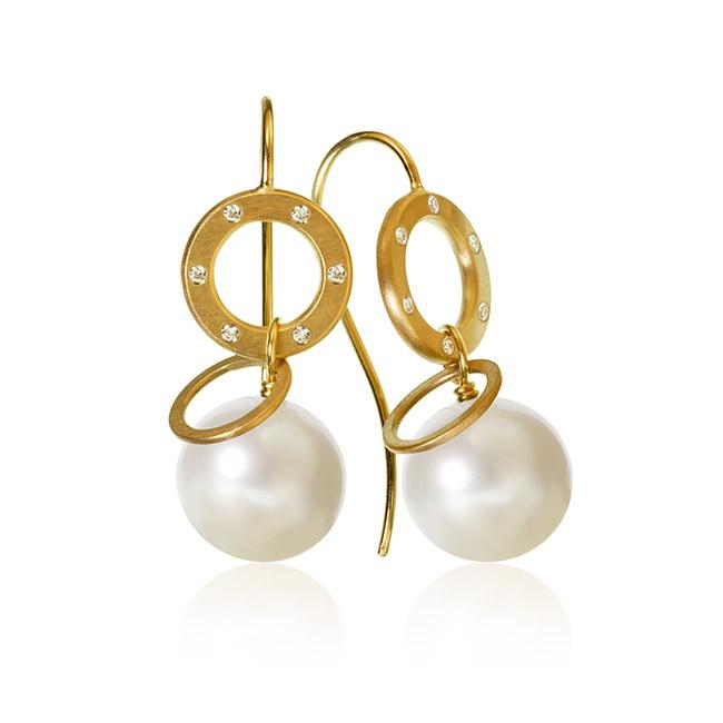 Anello Pearl earrings. With 12 brilliant cut diamonds. Total 0,08 ct. F/G, vs, Ex. cut and freshwater pearls.