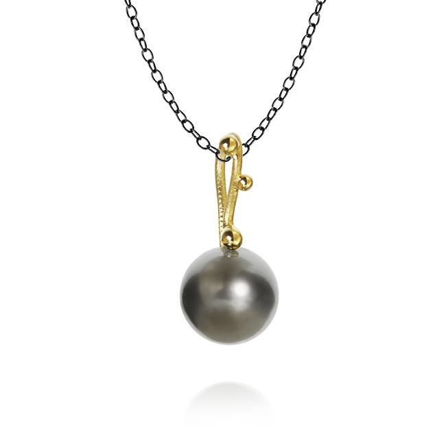 Delphis Pearl pendants. With Tahitian pearl. on Stream chain, 74 cm