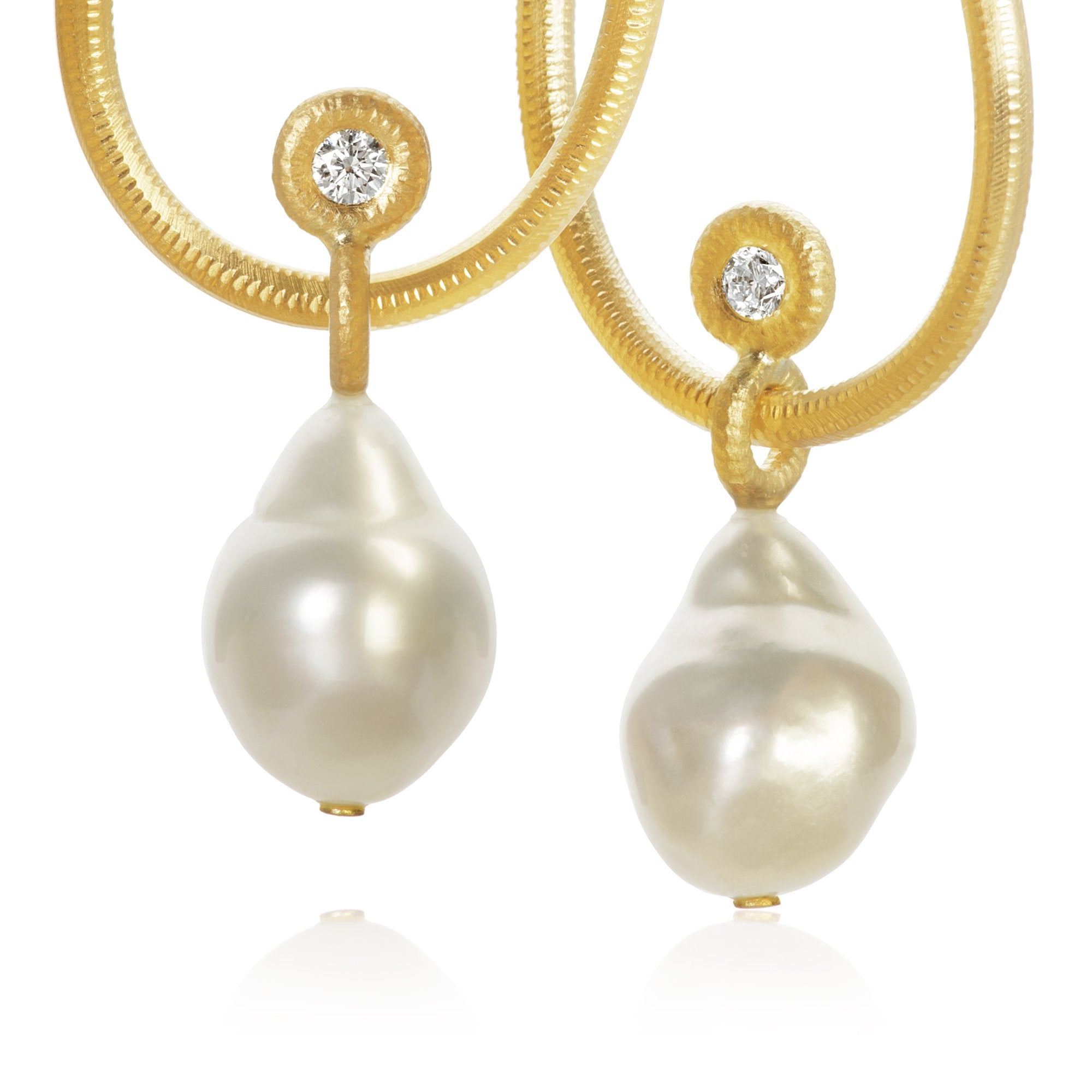 Glory pendants. With South Sea pearls and 2 brilliant cut diamonds, 0,22 ct. F/G, vs2, Ex. cut.