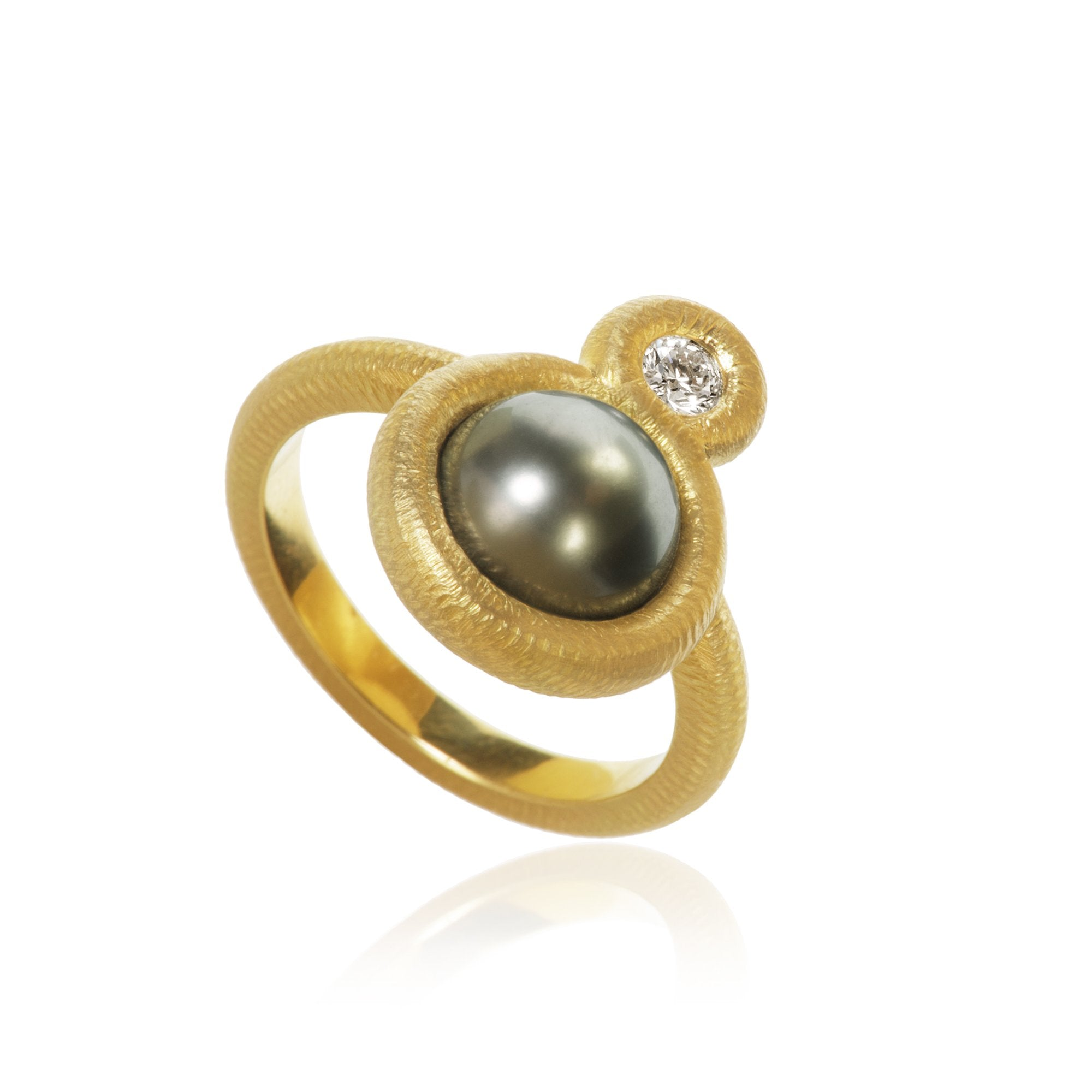 Glory ring. Small, with Tahitian pearl og 1 brilliant cut diamond. Total 0,13 ct. F/G, vs2.