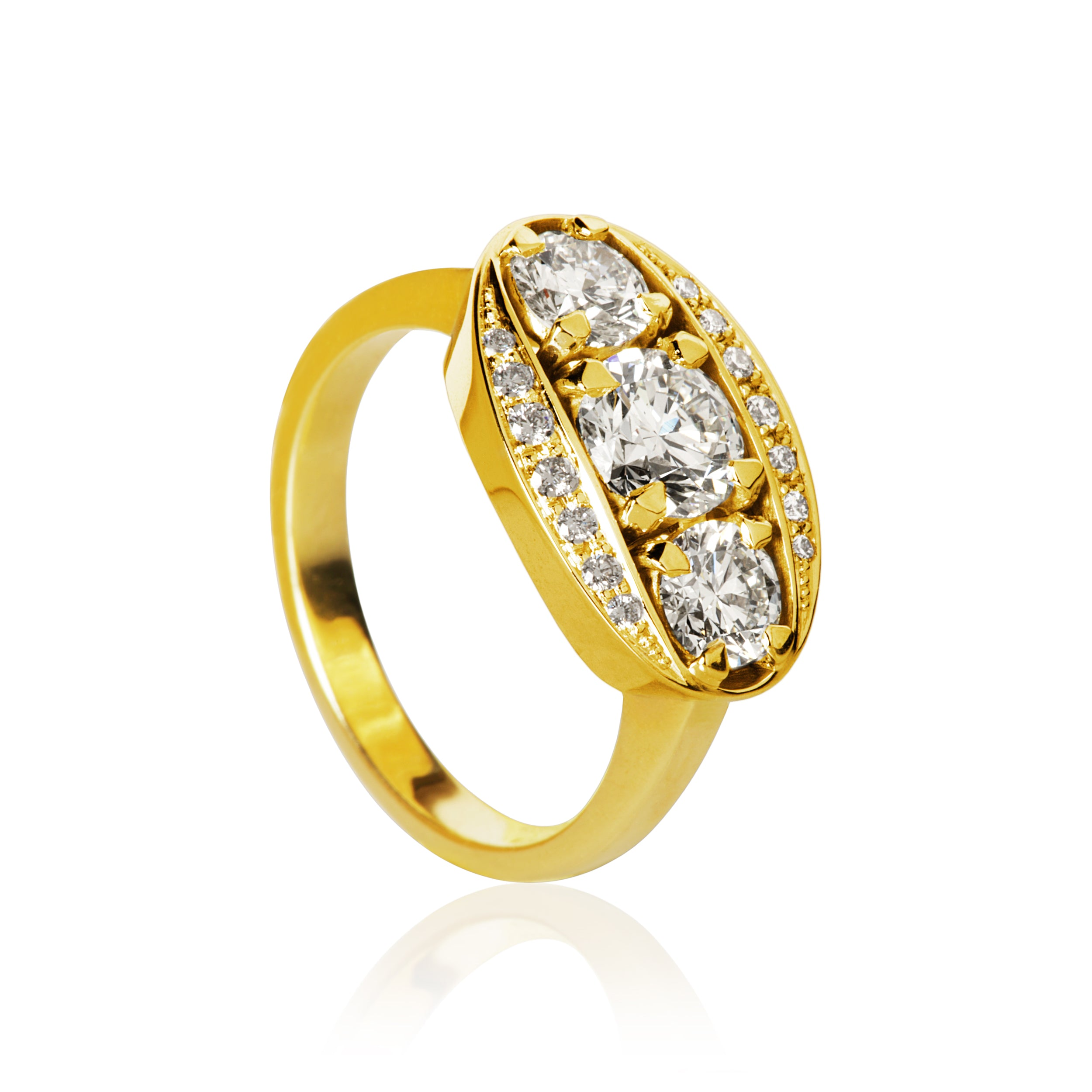 Halo ring. With 17 brilliant cut diamonds. Total 1,74 ct. 1 x 0,80 ct. J, si1. 2 x 0,40 ct. I, si. 14 x 0,01 ct. F/G, vs, Ex. cut.