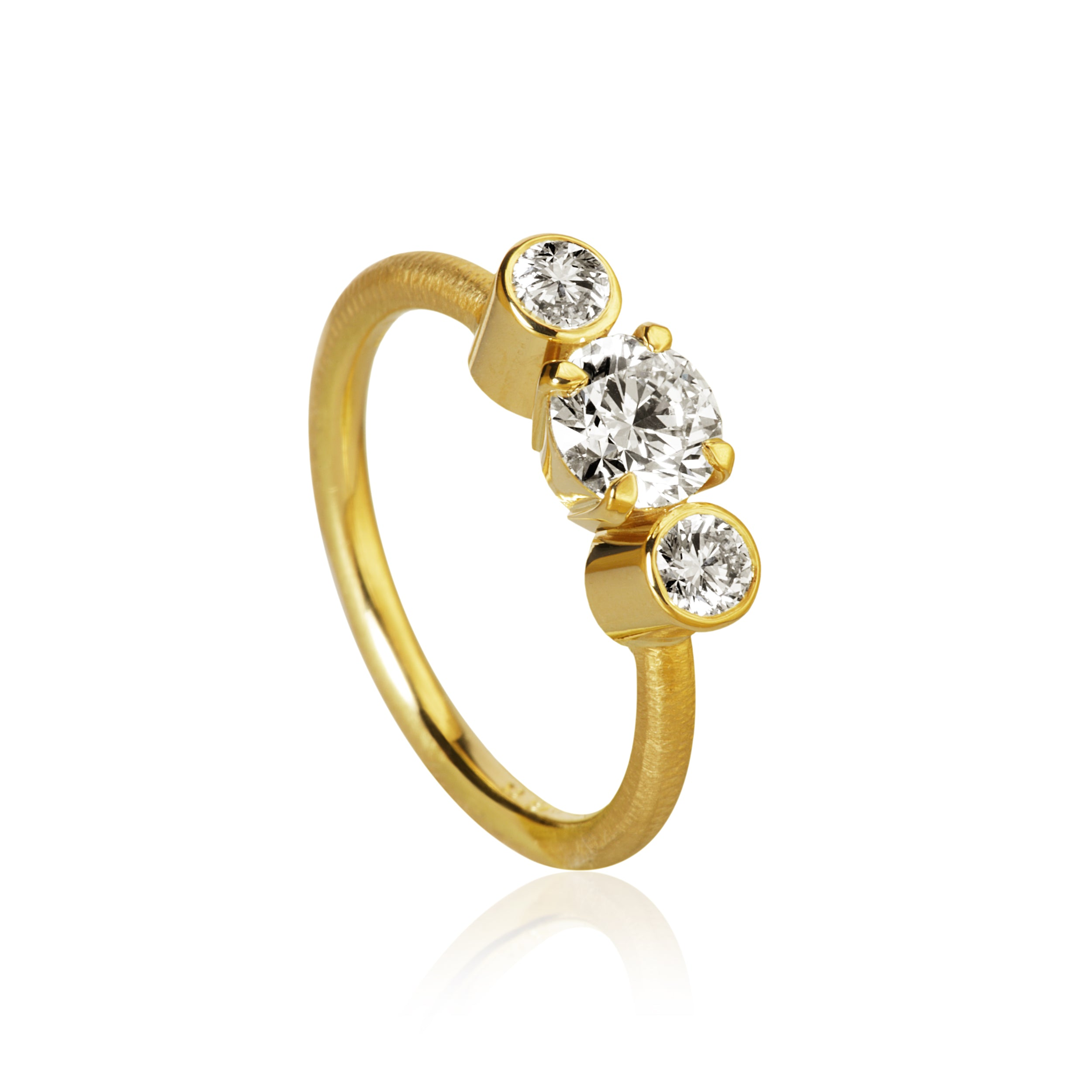 Trinity ring. With 3 brilliant cut diamonds. Total 1,12 ct. 1 x 0,80, ct. J, si1. 2 x 0,16 ct. H/I, vs.