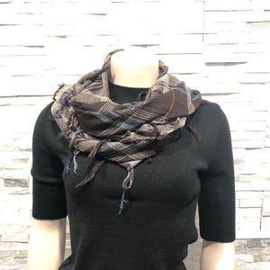Scarf - square, Knotted