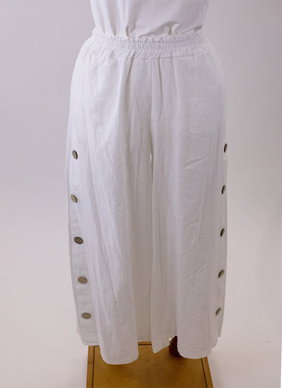 These White linen pants made by Paolo Tricot are perfect for feeling cool and relaxed anywhere anytime. Buttons that extend up the leg of the pant on both sides adds detail to these crisp white pant.