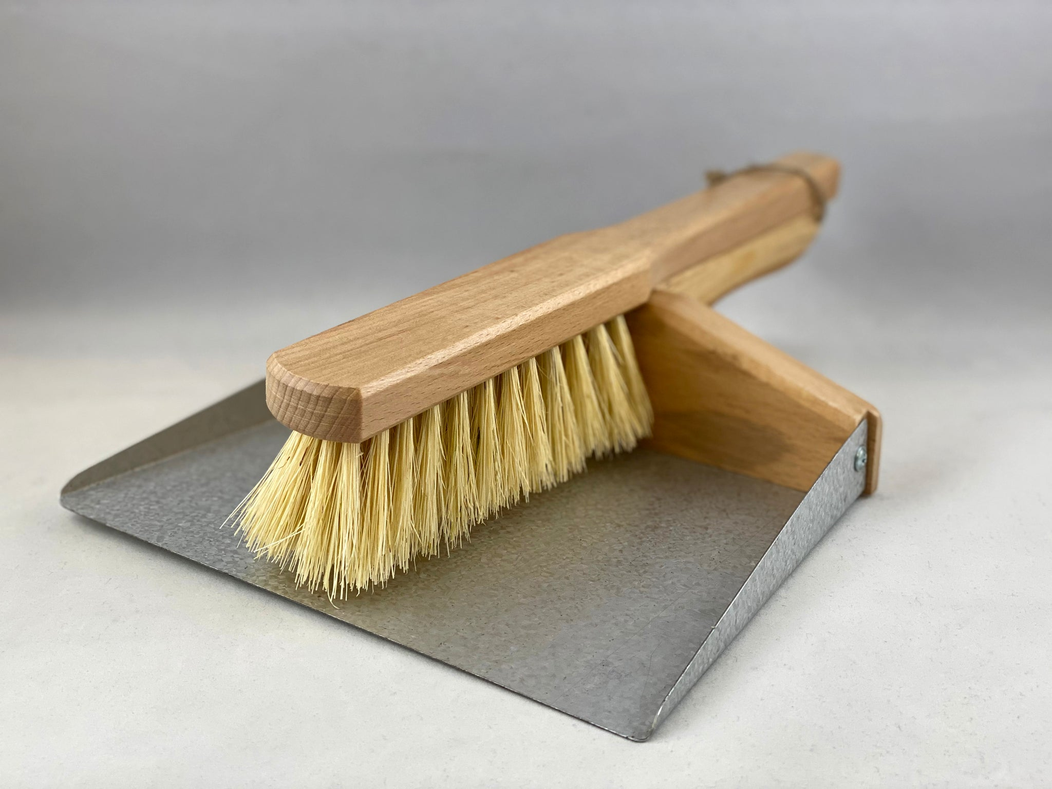 Nil Living - Dustpan & Brush Set (Magnetic)