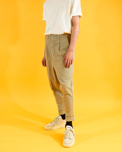 AMI Pleated Carrot Trouser
