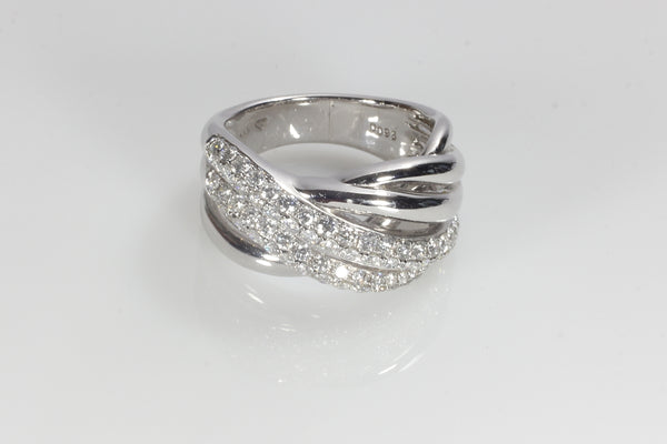0.93 Carats of a beautiful criss cross ring