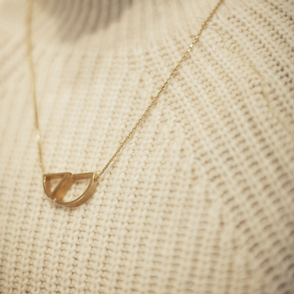 model shot 'Úna' necklace, gold data-zoom=
