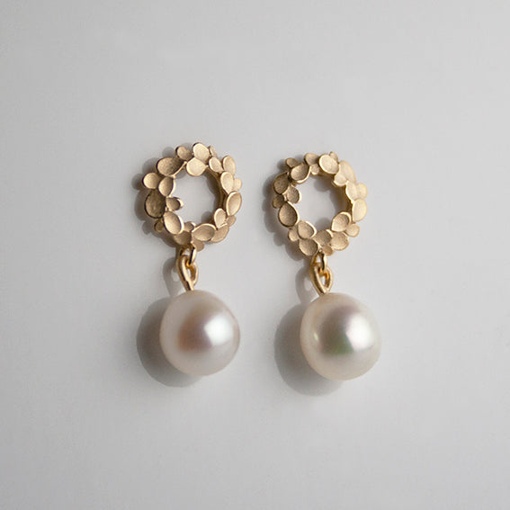 Floral wreath 18ct. Gold small drop Earrings with freshwater Pearls