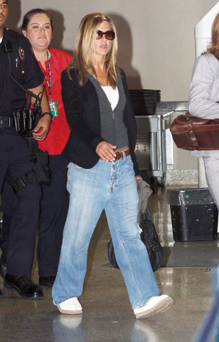 Jennifer Aniston in baggy jeans