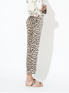 Miami pants La Prestic Ouiston. These pants in silk twill has a leopard print and a belt in fabric printed with feathers. The model has a straight, loose and short cut and a lapel on the bottom. The pants close at the front with a zip and a golden button and have two side pockets.