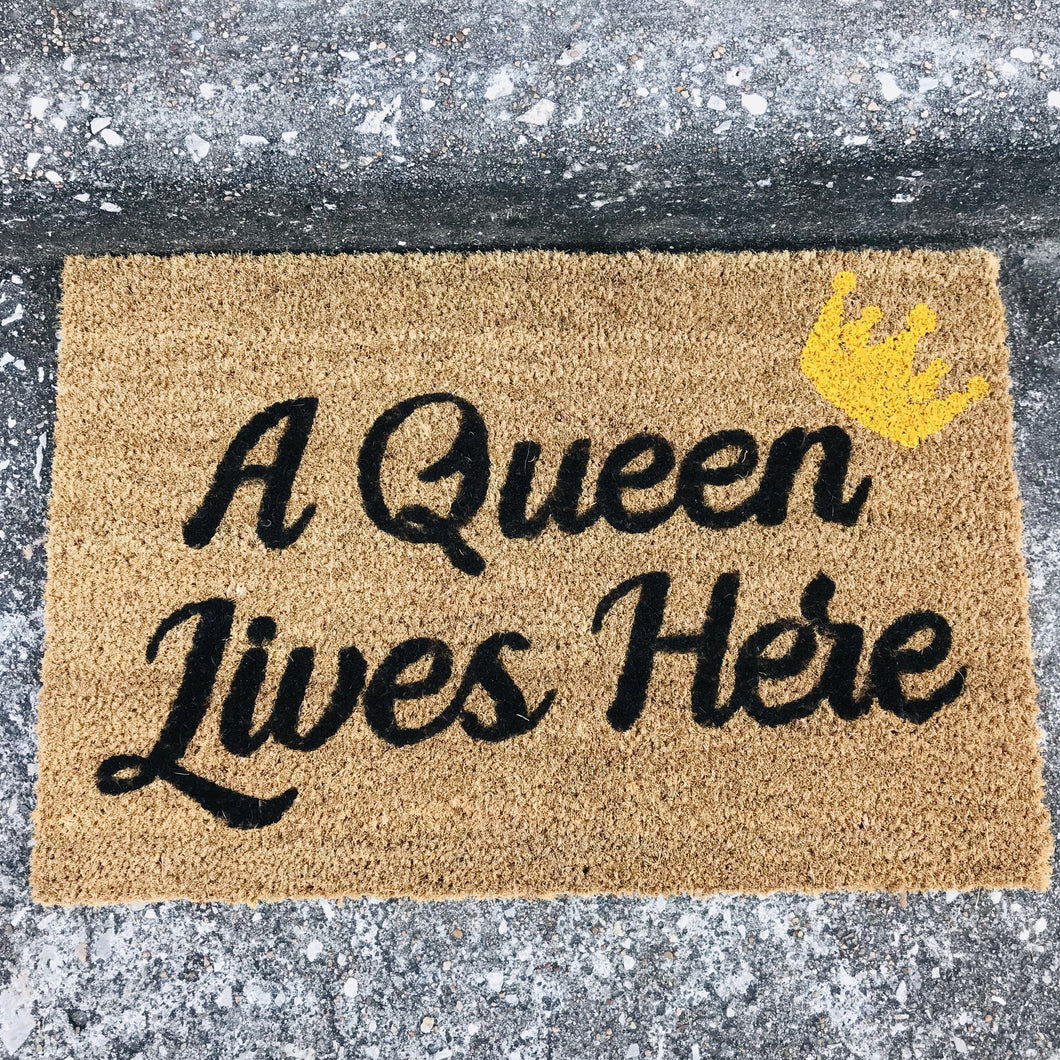 A QUEEN LIVES HERE MAT