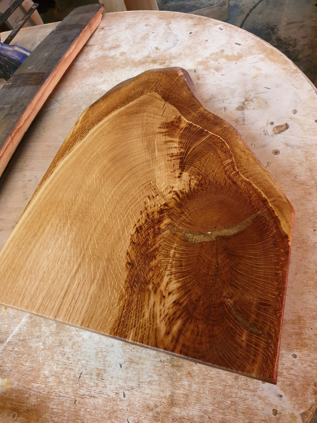 Oak platter, with a natural curve on legs