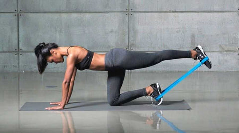 exercices-jambes-kick-back-elastique-musculation