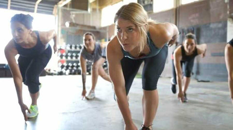 femme-cours-collectif-fitness-training