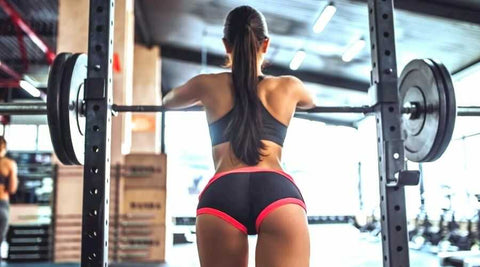 femme-fitness-cage-squat-charge-libre