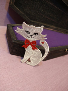 Chloe's Cat Free Standing Lace Pin