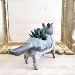 Howling wolf planter