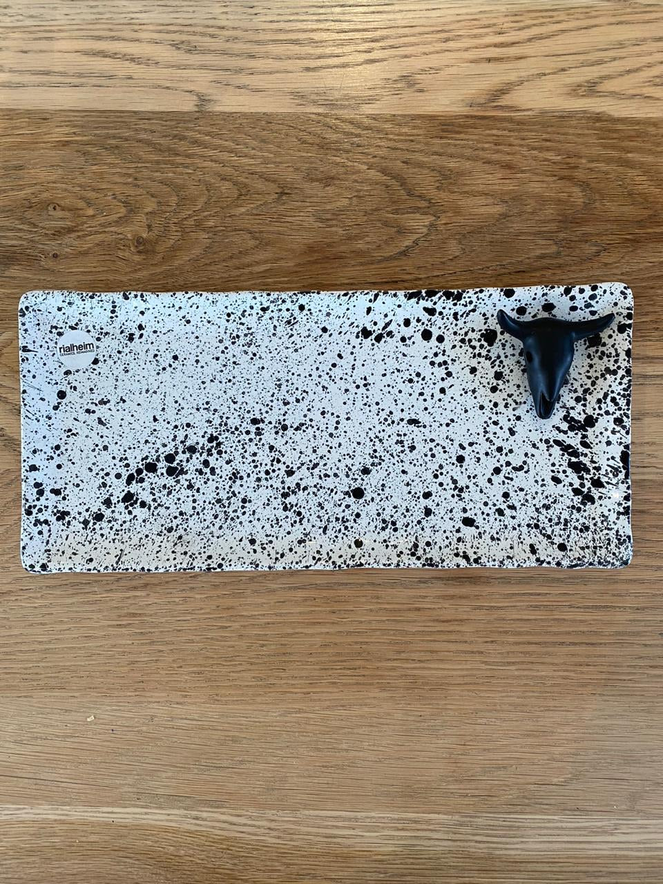 Rialheim biltong serving platter - white with black speckle and black ram head