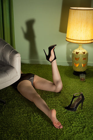 Woman of Green Carpet, leg up
