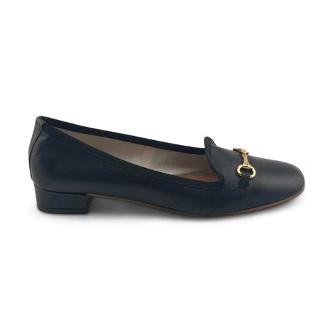 Women's shoe in black leather with bite mark