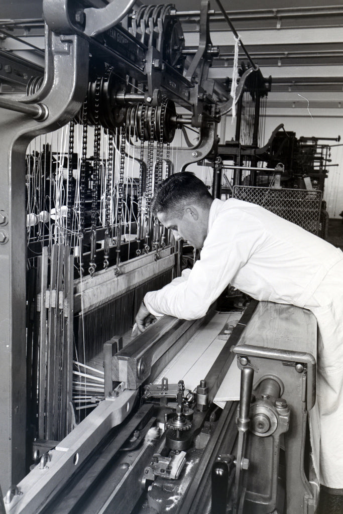 maintenance d'une machine par un ouvrier en 1930